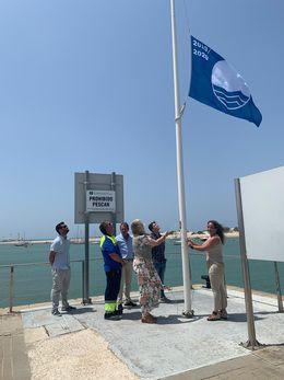 Autoridades izando la bandera azul en el Puerto Deportivo de Sancti Petri