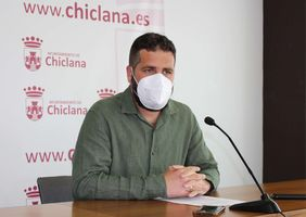 Delegado de Medio Ambiente anunciando el nuevo contrato de limpieza