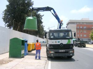 Operario con contenedor de basura