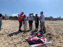 Alcalde prueba el dron del salvamento de la Cruz Roja