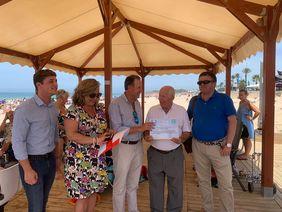 Entrega de diploma con la distinción como playa inclusiva