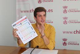 El delegado municipal de Playas, José Alberto Cruz, ha presentado las encuestas de Satisfacción de Playas que cada verano se llevan a cabo entre los usuarios de las playas de La Barrosa y Sancti Petri.
