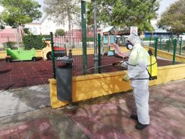 Tareas de baldeo en espacios públicos.